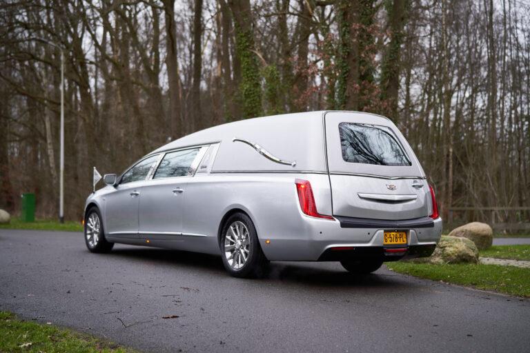 Rouwvervoer Cadillac grijs